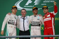 الفائز بالسباق لويس هاميلتون، نيكو روزبرغ صاحب المركز الثاني، وسيباستيان فيتيل صاحب المركز الثالث