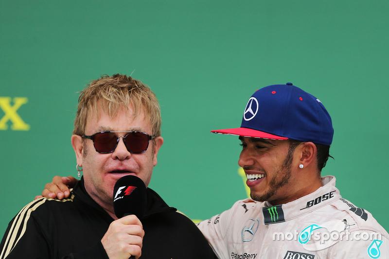 Podium : Sir Elton John avec le vainqueur de la course et Champion du Monde Lewis Hamilton, Mercedes AMG F1 Team