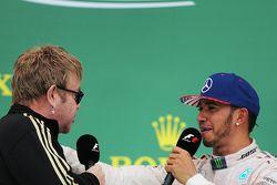 Podium: Sir Elton John mit 1. und Weltmeister 2015, Lewis Hamilton, Mercedes AMG F1