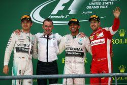 Podium: 2. Nico Rosberg, Mercedes AMG F1; Paddy Lowe, Mercedes-Technikchef; 1. Lewis Hamilton, Merce