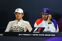 Nico Rosberg, Mercedes AMG F1, und Lewis Hamilton, Mercedes AMG F1, in der FIA-PK