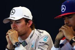İkinci Nico Rosberg, Mercedes AMG F1 ve yarışın galibi ve Dünya Şampiyonu Lewis Hamilton, Mercedes A