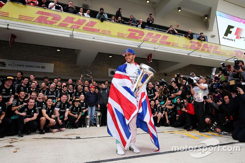 Le vainqueur et Champion du Monde Lewis Hamilton, Mercedes AMG F1 Team, fête sa victoire et son titre avec son équipe