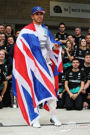 1. und Weltmeister 2015, Lewis Hamilton, Mercedes AMG F1, feiert mit dem Team