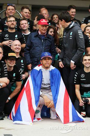 Yarış galibi ve Dünya Şampiyonu Lewis Hamilton, Mercedes AMG F1 ve takımı kutlama yapıyor