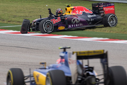 Daniil Kvyat, Red Bull Racing RB11 se crashe et abandonne