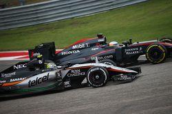Fernando Alonso, McLaren MP4-30 et Sergio Perez, Sahara Force India F1 VJM08 en lutte pour une position
