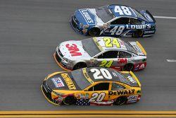 Matt Kenseth, Joe Gibbs Racing Toyota; Jeff Gordon und Jimmie Johnson, Hendrick Motorsports Chevrole