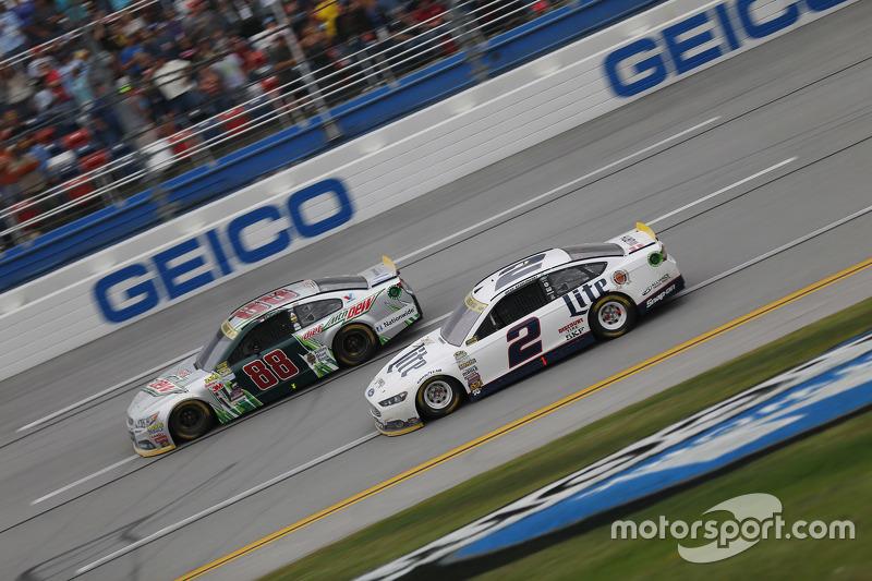 Dale Earnhardt Jr., Hendrick Motorsports Chevrolet y Brad Keselowski, Team Penske Ford