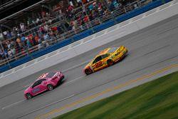 Kazanan Joey Logano, Penske Ford Takımı, damalı bayrağa ilerlerken hız aracını takip ediyor