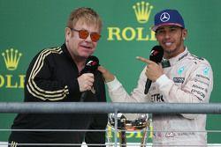 1.Lewis Hamilton, Mercedes AMG F1 W06, mit Elton John
