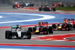 Lewis Hamilton, Mercedes AMG F1 W06 aan de leiding bij de start