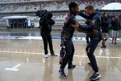 Daniel Ricciardo, Red Bull Racing and Daniil Kvyat, Red Bull Racing dance together