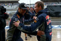 Daniel Ricciardo, Red Bull Racing y Daniil Kvyat, Red Bull Racing bailan juntos