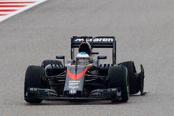 Fernando Alonso, McLaren MP4-30 avec une crevaison
