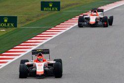 Alexander Rossi, Manor Marussia F1 Team et son équipier Will Stevens, Manor Marussia F1 Team avec des crevaisons