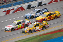 Jeff Gordon, Hendrick Motorsports Chevrolet y Matt Kenseth, Joe Gibbs Racing Toyota con Joey Logano,