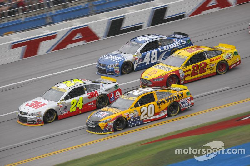 Jeff Gordon, Hendrick Motorsports Chevrolet; Matt Kenseth, Joe Gibbs Racing Toyota; Joey Logano, Tea