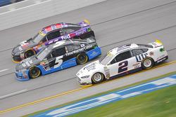 Brad Keselowski, Team Penske Ford y Kasey Kahne, Hendrick Motorsports Chevrolet con Denny Hamlin, Jo