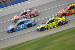 Paul Menard, Richard Childress Racing Chevrolet y Aric Almirola, Richard Petty Motorsports Ford con