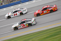 Austin Dillon, Richard Childress Racing Chevrolet y Greg Biffle, Roush Fenway Racing Ford y Josh Wis