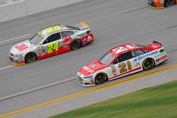 Jeff Gordon, Hendrick Motorsports Chevrolet and Ryan Blaney, Wood Brothers Racing Ford