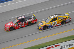 Kurt Busch, Stewart-Haas Racing Chevrolet and Matt Kenseth, Joe Gibbs Racing Toyota