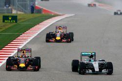Nico Rosberg, Mercedes AMG F1 W06 y Daniil Kvyat, Red Bull Racing RB11 luchan por la posisción