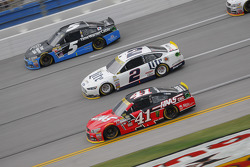 Kurt Busch, Stewart-Haas Racing Chevrolet y Brad Keselowski, Team Penske Ford con Kasey Kahne, Hendr