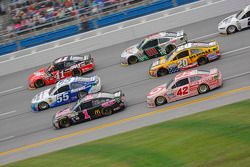 Jamie McMurray, Chip Ganassi Racing Chevrolet y David Ragan, Michael Waltrip Racing Toyota y Kurt Bu