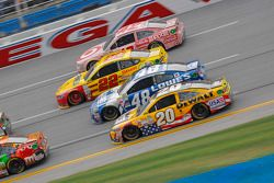 Matt Kenseth, Joe Gibbs Racing Toyota y Jimmie Johnson, Hendrick Motorsports Chevrolet y Joey Logano