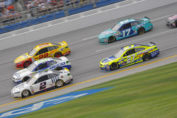 Brad Keselowski, Team Penske Ford y Casey Mears, Germain Racing Chevrolet con Joey Logano, Team Pens