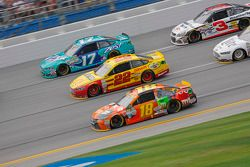 Kyle Busch, Joe Gibbs Racing Toyota y Joey Logano, Team Penske Ford con Ricky Stenhouse Jr., Roush F