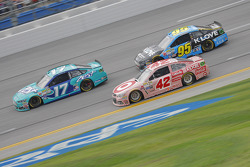Ricky Stenhouse Jr., Roush Fenway Racing Ford y Kyle Larson, Chip Ganassi Racing Chevrolet con Micha