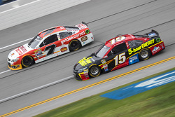 Clint Bower, Michael Waltrip Racing Toyota y Alex Bowman, Tommy Baldwin Racing Chevrolet