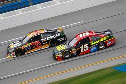 Clint Bower, Michael Waltrip Racing Toyota y Ryan Newman, Richard Childress Racing Chevrolet