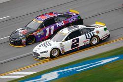 Brad Keselowski, Team Penske Ford y Denny Hamlin, Joe Gibbs Racing Toyota