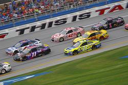 Denny Hamlin, Joe Gibbs Racing Toyota y Ricky Stenhouse Jr., Roush Fenway Racing Ford con Paul Menar