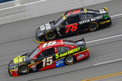 Clint Bower, Michael Waltrip Racing Toyota y Martin Truex Jr., Furniture Row Racing Chevrolet