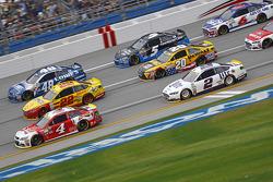 Kevin Harvick, Stewart-Haas Racing Chevrolet y Joey Logano, Team Penske Ford y Jimmie Johnson, Hendr