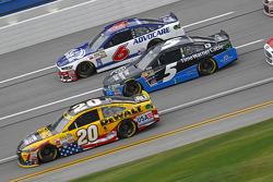 Matt Kenseth, Joe Gibbs Racing Toyota y Kasey Kahne, Hendrick Motorsports Chevrolet y Ricky Stenhous
