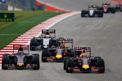 Max Verstappen, Scuderia Toro Rosso STR10 and Daniel Ricciardo, Red Bull Racing RB11 battle for position