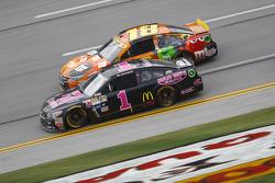 Jamie McMurray, Chip Ganassi Racing Chevrolet y Kyle Busch, Joe Gibbs Racing Toyota