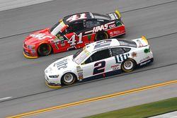 Brad Keselowski, Team Penske Ford y Kurt Busch, Stewart-Haas Racing Chevrolet