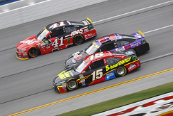Clint Bower, Michael Waltrip Racing Toyota y Denny Hamlin, Joe Gibbs Racing Toyota y Kurt Busch, Ste