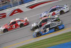 Kasey Kahne, Hendrick Motorsports Chevrolet y Martin Truex Jr., Furniture Row Racing Chevrolet y Kev