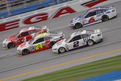 Brad Keselowski, Team Penske Ford y Jeff Gordon, Hendrick Motorsports Chevrolet con Kevin Harvick, S