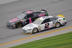 Brad Keselowski, Team Penske Ford y Jamie McMurray, Chip Ganassi Racing Chevrolet
