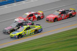 Matt Kenseth, Joe Gibbs Racing Toyota y Jamie McMurray, Chip Ganassi Racing Chevrolet y Kevin Harvic