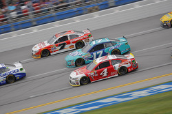Kevin Harvick, Stewart-Haas Racing Chevrolet y Ricky Stenhouse Jr., Roush Fenway Racing Ford con Ale